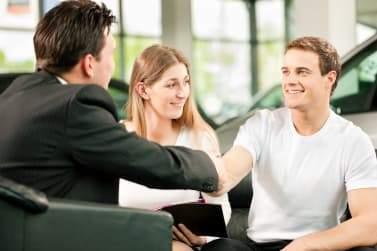 Couple achète une voiture